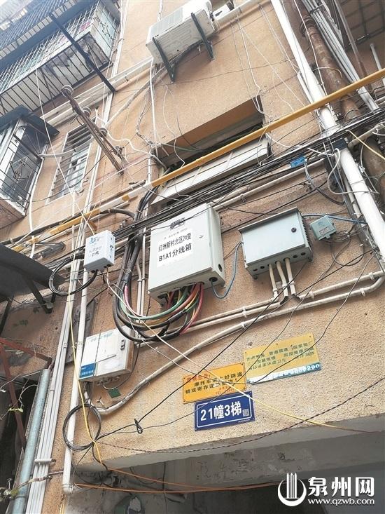 泉州大淮新村空房成了垃圾收集地 空中引电线给车充电