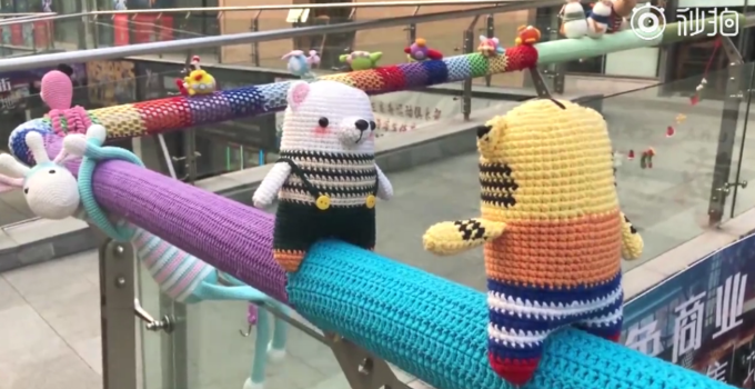 产后给栏杆织毛衣怎么回事?女子产后为什么给栏杆织毛衣真相曝光