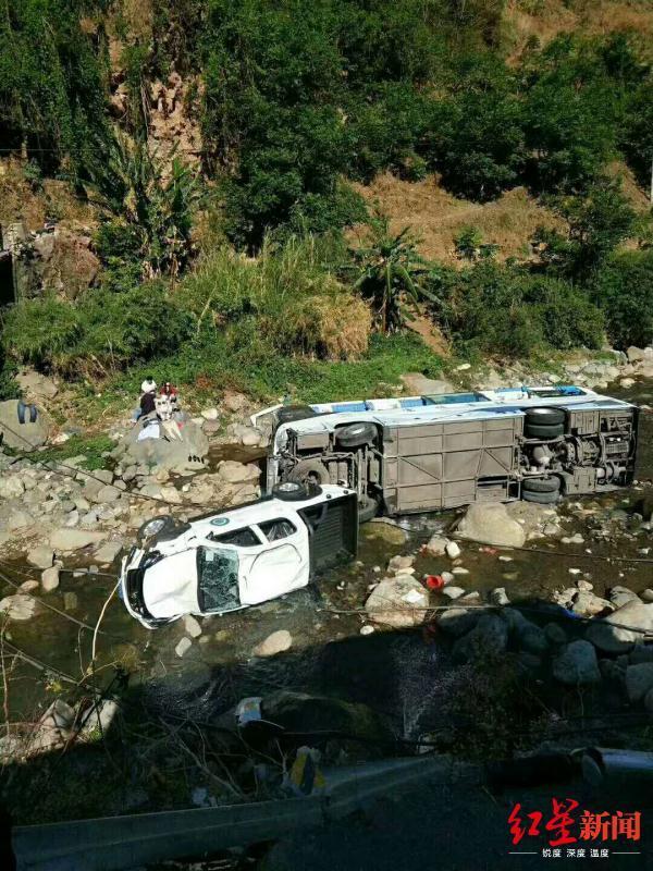 突发!西昌至泸沽湖路上,一旅游大巴坠河致2人重伤6人轻伤