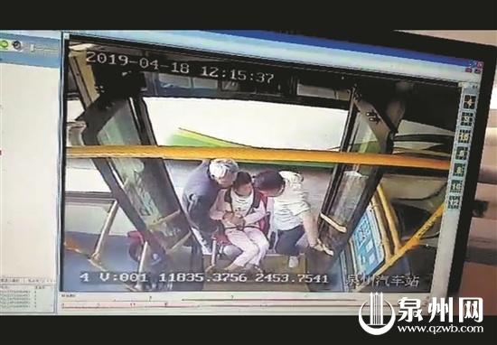"""帮七旬老伯抬轮椅上车 泉州K307路公交司机被赞 """"抬轮椅的样子真帅"""""""