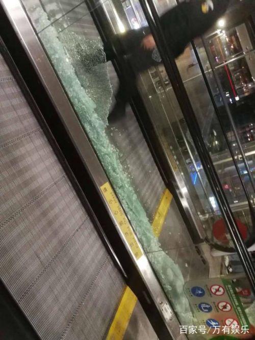 虹桥机场玻璃被粉丝挤碎了怎么回事?虹桥机场玻璃被挤碎现场照曝光