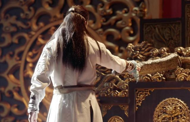 张无忌为什么放弃皇位?他劈开龙椅时,谁注意杨逍做了什么?