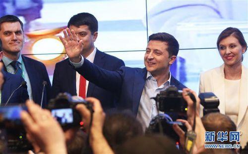 乌克兰新任总统泽连斯基个人资料背景介绍 当选后与妻子热吻