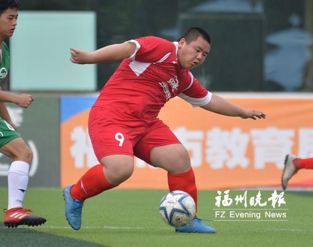 校园足球赛球员任弘杰:100公斤小胖子 是球队中坚力量