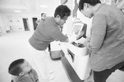 """为老人订制智慧""""小棉袄"""" 漳州芗城区完善社区居家养老服务模式"""
