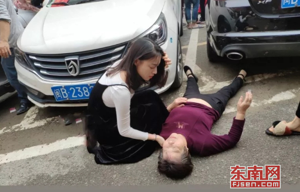 莆田:老妇人晕倒在地 年轻女孩第一时间伸出援手