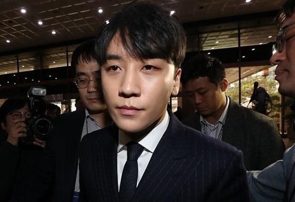 韩媒曝胜利曾和群成员在酒吧吸毒 常带女伴们同行
