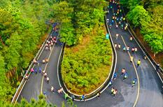 """福建?#26469;?#39640;山徒步赛 奔跑在""""最美赛道""""上"""