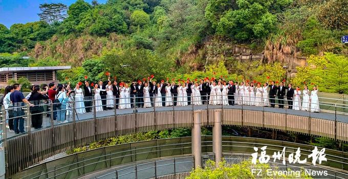 """中央歌剧院合唱团""""快闪""""到榕城 昨天的福道好看又""""好听"""""""