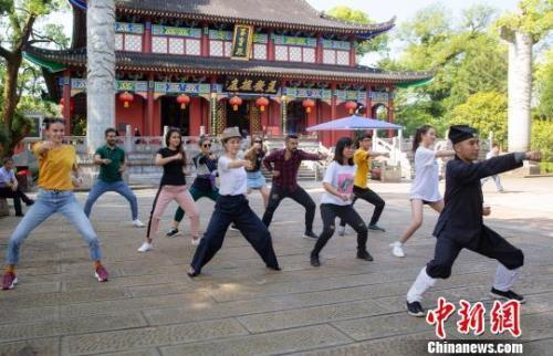 去年196个国家和地区的近50万人赴中国留学