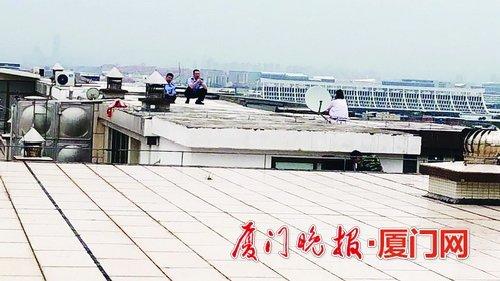 厦门民警天台上耐心劝说 联手消防员救回欲轻生女子
