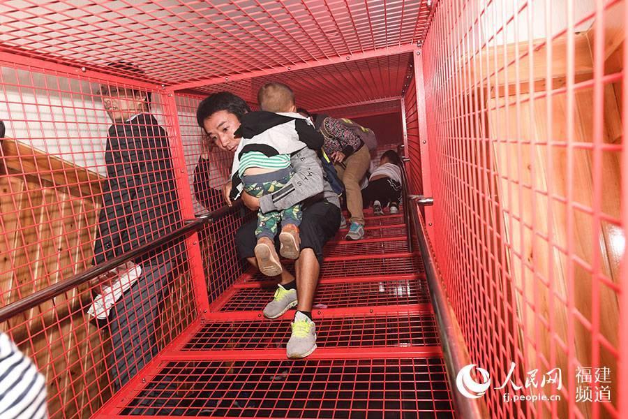 福州:VR模拟地震、火灾现场 民众体验险境求生