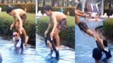 張柏芝肩扛兒子玩跳水