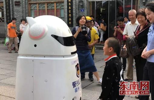 萌警C位出道 福州首台警用机器人上岗