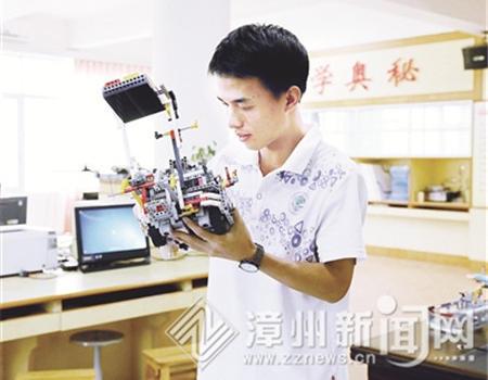 """吴河山—— 与机器人""""共振""""乐享智趣挑战"""