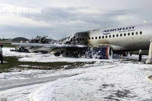灭火结束后的现场照片显示,事故飞机后部完全烧毁,顶部塌陷。