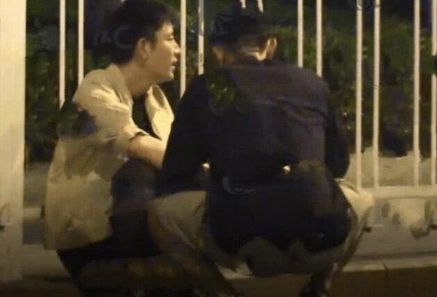贾乃亮深夜醉酒姿态不雅七倒八歪 瘫坐路旁猛吸电子烟神态呆滞