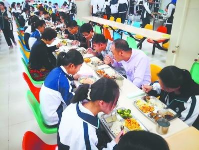 """福建多地落實""""校長陪餐制"""" 為學生的餐桌加道""""安全菜"""""""