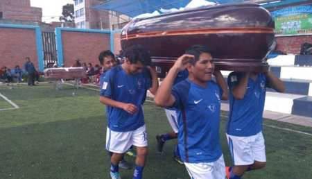 秘鲁殡仪馆举办足球赛 冠军杯是一座棺材全队分享