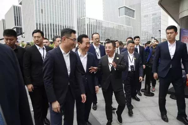 马化腾与王健林去逛街:腾讯万达打造智慧广场 可微信刷脸支付