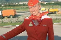 俄航事故英雄空姐做了什么事被稱為英雄 揪住乘客衣領推下飛機
