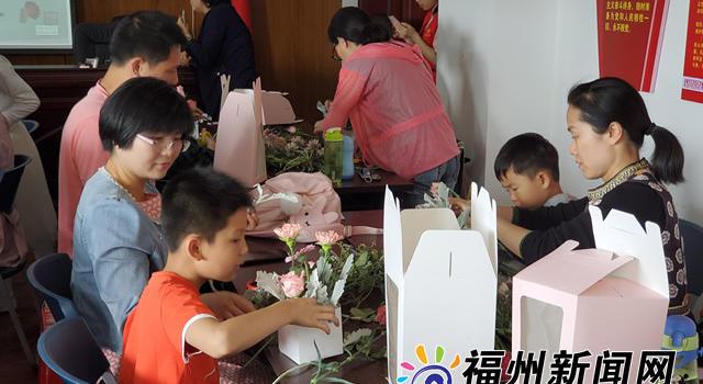 30名福州少年制作花籃獻母親 花藝大師現場指導