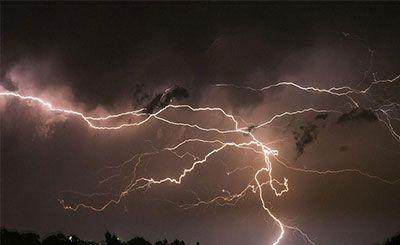 11道闪电打同一处怎么回事 8秒内11道闪电全打在同一点