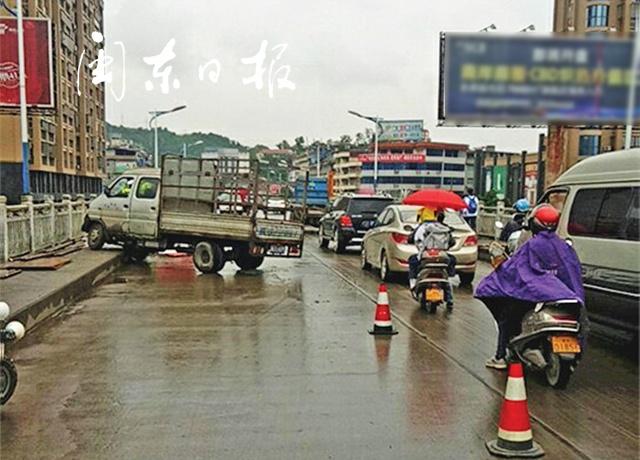福安賽岐大橋交通大堵塞!清晨上班高峰期,貨車與三輪摩托相撞