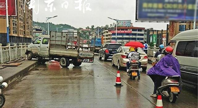 福安赛岐大桥交通大堵塞!清晨上班高峰期,货车与三轮摩托相撞