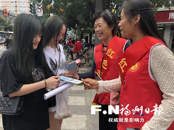 老年志愿者走出家门倡导低碳生活