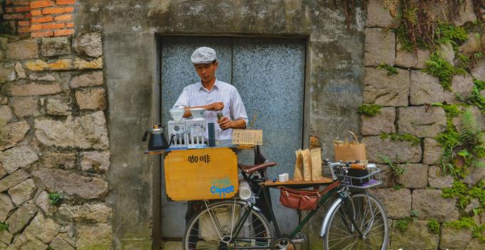 """烟台山巷弄的单车""""咖啡屋"""""""