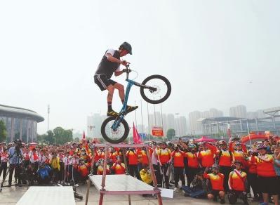 中国·三明自行车公开赛开赛 千名骑行爱好者竞逐