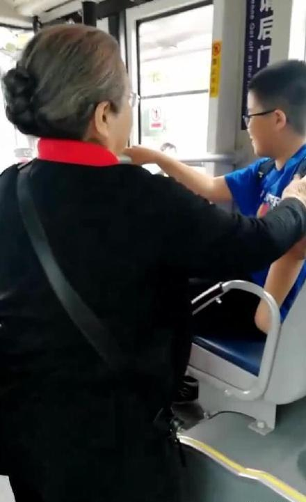 偶遇容嬷嬷坐公交,小男孩好心让座被拒绝!这才是德艺双馨!
