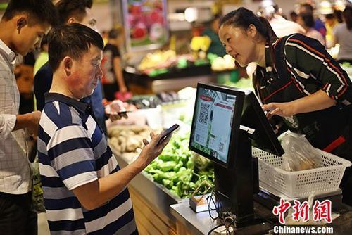 资料图:民众购物。 <a target='_blank' href='http://www.chinanews.com/'>中新社</a>记者 泱波 摄