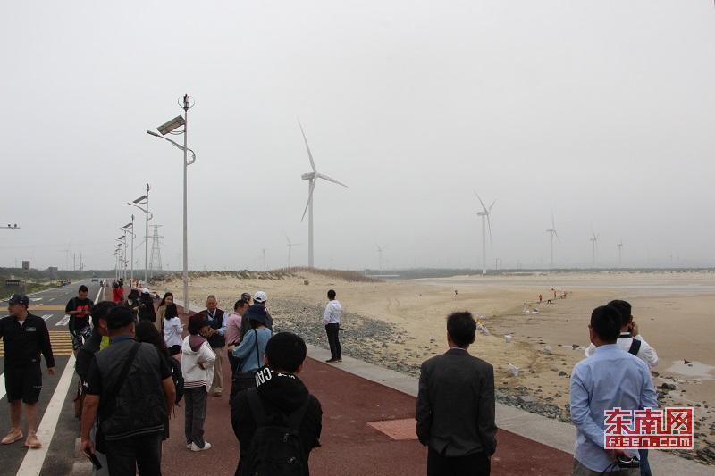 两岸?#25945;?#20154;聚焦平潭长江澳风力发电场 了解风力能源开发