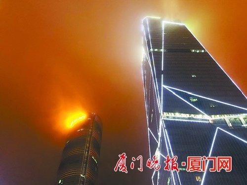 """平流雾""""搞怪"""" 厦门观音山一大厦楼顶似起火"""