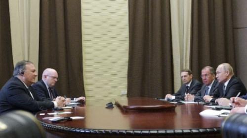 5月14日,在俄罗斯索契,俄罗斯总统普京(右一)与美国国务卿蓬佩奥(左一)进行会谈。(新华社/美联)