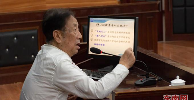 """88岁高龄教授朱鹤健坚守讲堂分享""""三不精神"""""""