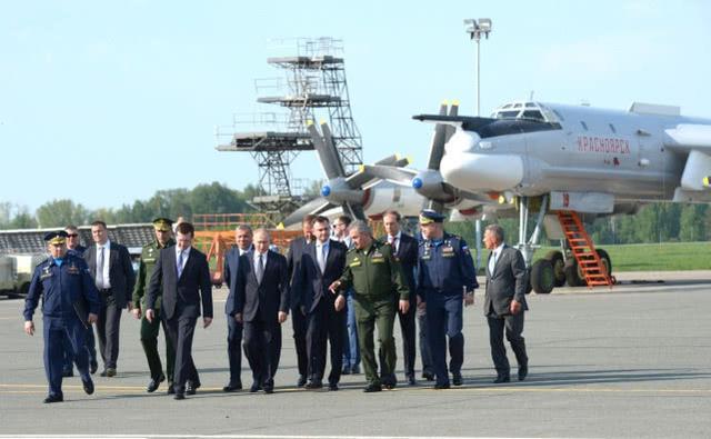 普京视察俄罗斯飞行试验中心,6架苏-57战机护航