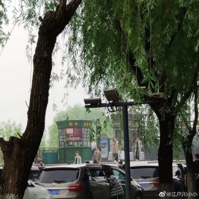极限挑战武汉录制 张艺兴黄磊武汉大学路透照 生热情围观