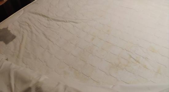 游客入住如家酒店 发现床单有大片尿迹和卷曲毛发