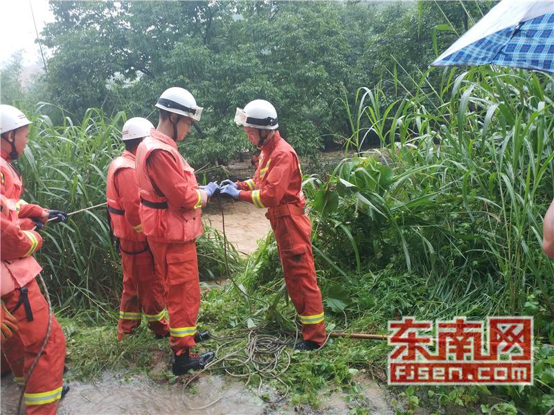 三明:养殖户夫妻被困河床孤岛 消防员成功救援
