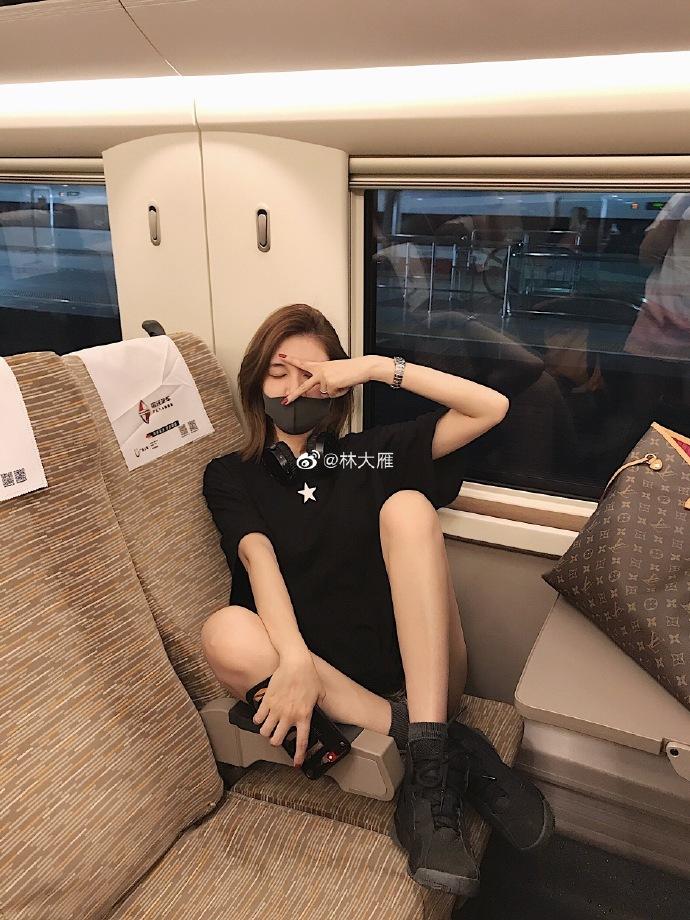 网红林大雁列车上踩座位拍照遭网友狂骂 本人这样回应无耻至极