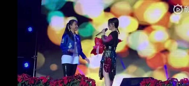 张靓颖519歌迷会,深情演唱睁眼被吓到笑场,网友:太可爱了!