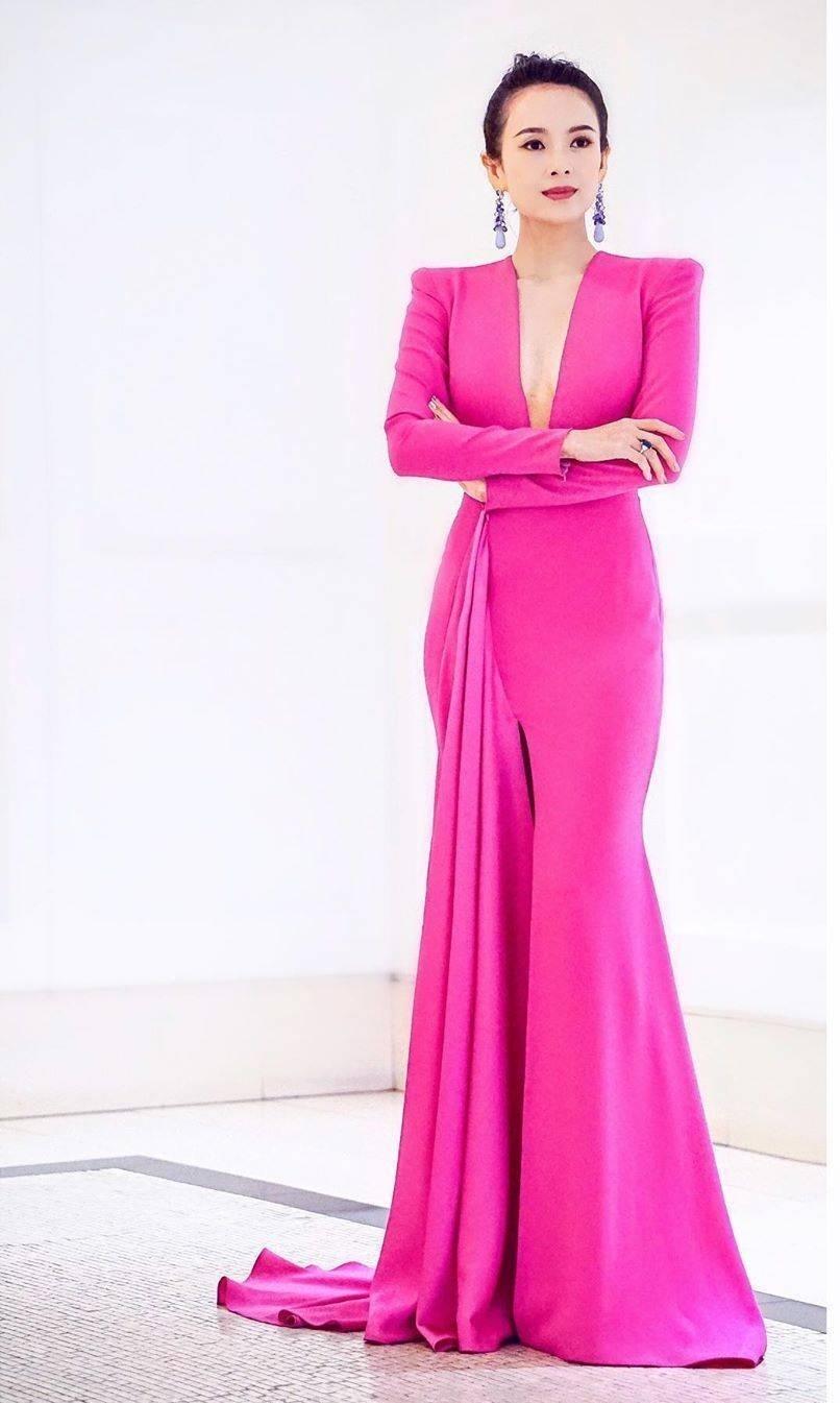 章子怡桃红裙怎么回事?章子怡桃红裙惊艳亮相美得太高调