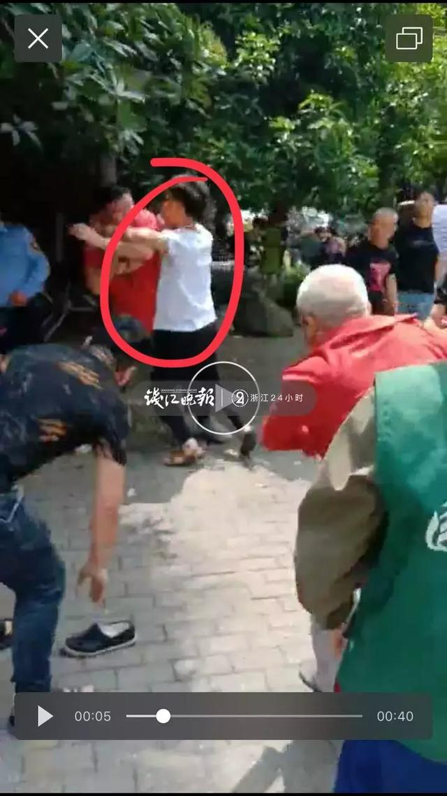 杭州一小区多名保安被人用刀划伤!72岁老爷爷心疼保安上前劝阻,被打断肋骨