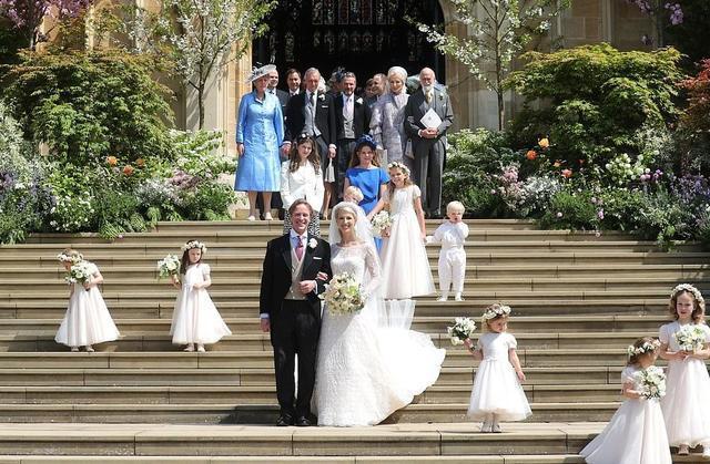 凯特妹妹穿粉色以心练剑蕾丝鱼尾裙出席婚宴 高贵又迷人