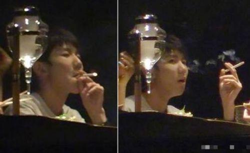 王源吸烟照曝光发文道歉,王源曾希望父亲戒烟