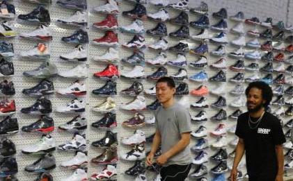贸易战如何影响美国家庭?一双鞋可能贵50多美元