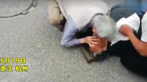 83岁退休医生路遇96岁心跳骤停老人跪地急救:职责所在